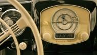 Klare Linien, klarer Empfang, selbstverständlich auf UKW, heute ein Fall fürs Museum: Ein Blaupunktradio in einem Porsche 356 Coupé von 1950.