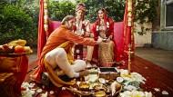 Sie spielen Ehe im Räucherstäbchennebel