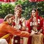 Fruchtbare Hochzeit: Der Priester (Stephan Grossmann, links) vermählt Robert (Steffen Groth) und Kissy (Maryam Zaree).
