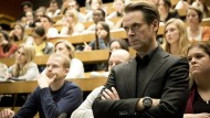 Bald hat er neben der Vorlesung jede Menge praktische Übungen am Hals: Professor T. (Matthias Matschke)