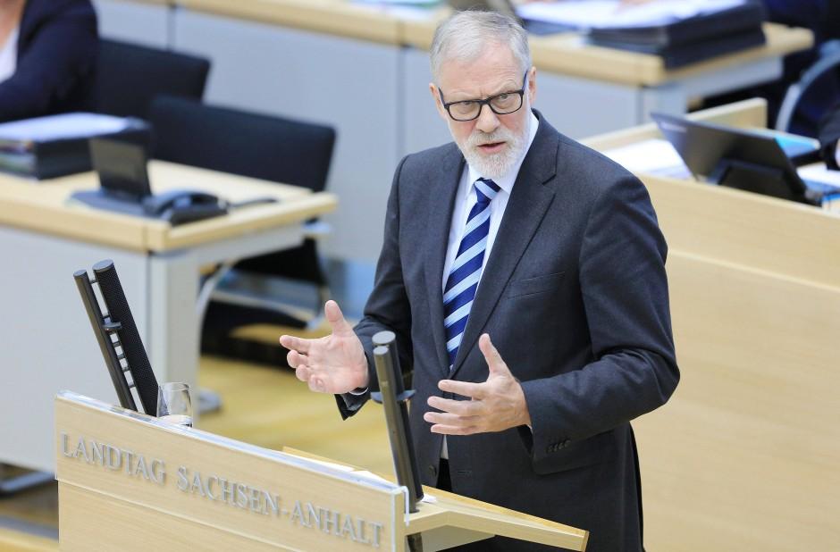 """Zuwenig Regionales und alles andere werde """"zugepflastert mit zu viel vom Gleichen"""": Rainer Robra äußert an der ARD scharfe Kritik."""