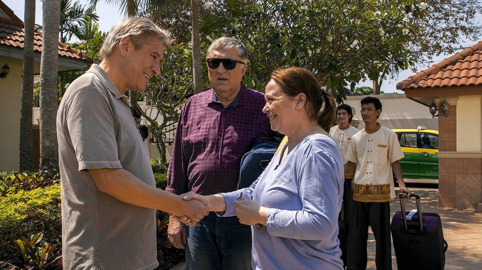 Der Vermieter Stefan Beinle (Michael Kind) begrüßt Ottmar (Veit Stübner) und Tanja (Marie Gruber) in ihrem neuen Lebensabschnitt.