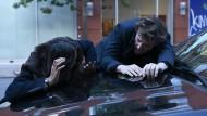 An Knalleffekten herrscht kein Mangel: Kay (Ilfenesh Hadera) und Cameron (Jack Cutmore-Scott) im Einsatz.