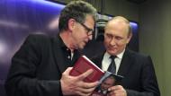 Mit persönlicher Widmung: Hubert Seipel übergibt dem russischen Präsidenten Wladimir Putin sein Buch.