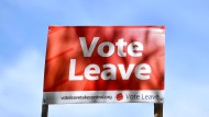 """""""Vote Leave"""" in der analogen Variante: Ein Straßenschild an einer Straße südlich von London."""