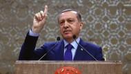 Er denkt, er weiß, wo es lang geht: Der türkische Präsident Recep Tayyip Erdogan zieht gegen den ZDF-Moderator Jan Böhmermann alle Register.
