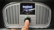 Einschalten und umschalten: Dass der Systemwechsel zum digitalen Radio kommt, steht für viele außer Zweifel. Die Frage ist nur, ob dann noch alle Sender dabei sind.