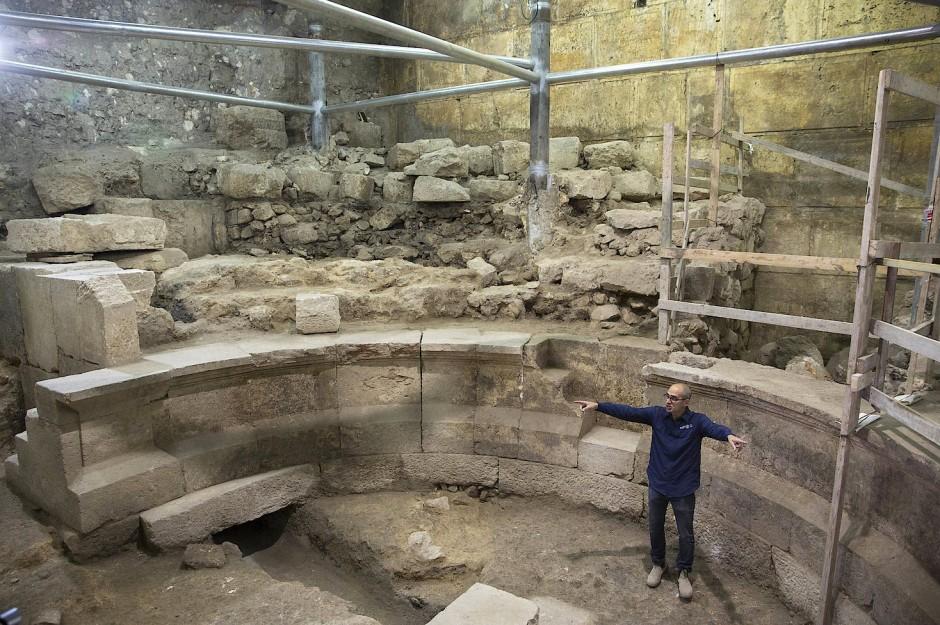 Die Dimensionen sind beachtlich: Joe Uziel an der Ausgrabungsstätte.