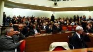 Fensterlos und abgeschottet von der Außenwelt: Im Saal A 101 des Münchner Oberlandesgerichts warten die Anwesenden am 11. Juli 2018 auf den Urteilsspruch.