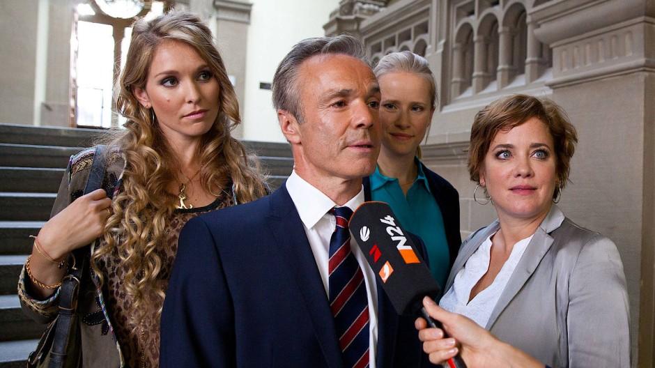 Vier gegen den Rest der Welt: Stephanie Krogmann, Hannes Jaenicke, Susanne Bormann und Muriel Baumeister (von links) als Gegenspieler eines Pharma-Konzerns.