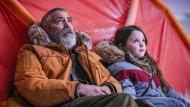 Banger Blick nach oben: Augustine (George Clooney) und Iris (Caoilinn Springall) im Eissturm der Apokalypse.
