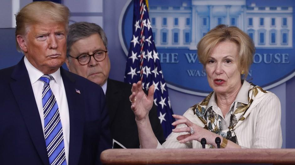 Genug Abstand? Donald Trump und die Regierungsberaterin Deborah Birx.