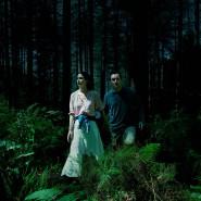 Im Wald: Jess (Katherine Waterston) und Sam (Jude Law).