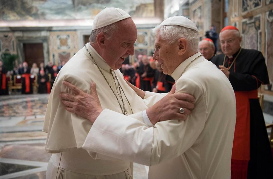 Der Neue und der Alte: Papst Franziskus und Papst Benedikt XVI.