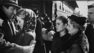 "Deportation ins Konzentrationslager: Szene aus ""Holocaust"" mit Fritz Weaver, Meryl Streep, Blanche Baker, Rosemary Harris und Joseph Bottoms (von links)."