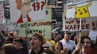 """Demonstranten auf der """"Save the Internet""""-Kundgebung in Berlin."""
