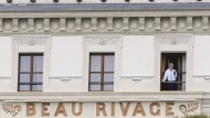 """Kein abgeschiedenes Örtchen, nirgends: John Kerry in Lausanne im Hotel """"Beau Rivage"""", im April dieses Jahres, als die Atomverhandlungen mit Iran weitergingen."""