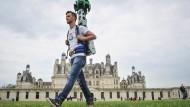 """Sehenswert: Ein """"Google Tracker Man"""" filmt für die Bild- und Kartendienste des Konzerns."""