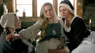 Ein Tag in Köln 1629: Bei Geburten müssen sich Anna Stein (Julia Thurnau, rechts) und ihre Gehilfin (Elina Vaska, links) auf ihre Erfahrung und das Gefühl in ihren Händen verlassen.