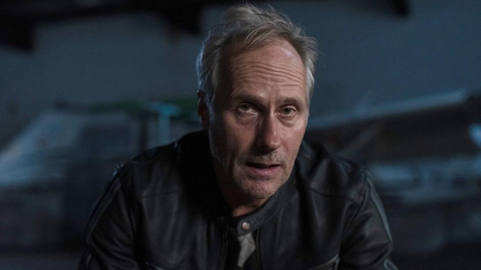 Wolfram Koch spielt den Polizisten Harry, den die Opfer eines Unfalls umkreisen.