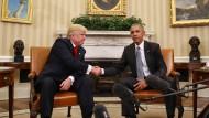 Handschlag der gequälten Art: Donald Trump beim Antrittsbesuch im Oval Office, in dem noch Barack Obama residiert.