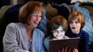 Erfreuen sich an Heimvideos aus der Familienhölle: Mary Louise (Meryl Streep) und ihre Enkel (Cameron und Nicolas Crovetti).
