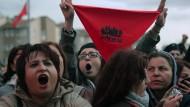 Menschen protestieren gegen <QA0> die Absage eines Konzerts von Grup Yorum
