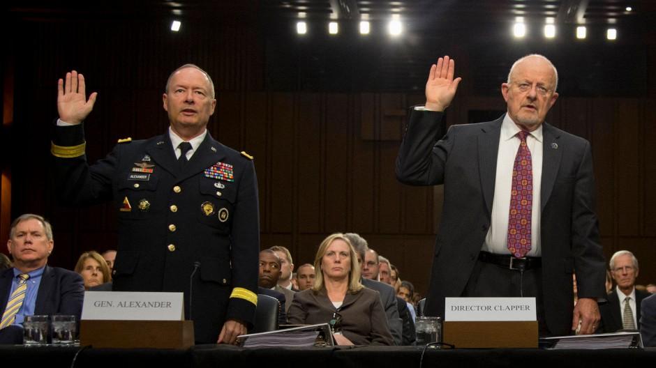 Beim Schwur: NSA-Direktor Keith Alexander und Geheimdienstdirektor James Clapper am Donnerstag vor einem Senatsausschuss