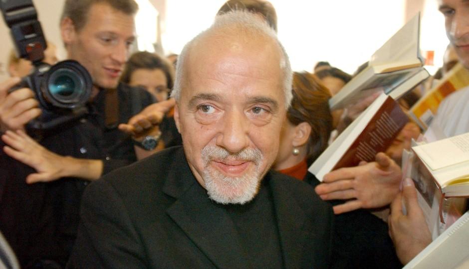 Umringt von der Presse und seinen Fans: Paulo Coelho.
