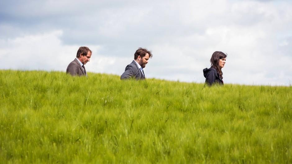 Mord im Feld: Kurt Stich (Thorsten Merten), Lessing (Christian Ulmen) und Kira Dorn (Nora Tschirner) begehen den Tatort.