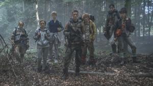 Jugendliche irren durch den Wald
