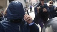Auch auf dem Weg ins Gericht wollte er unerkannt bleiben, als Scheich erschien er allerdings nicht: Mazher Mahmood.