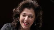 Die Virtuosin, ganz bei sich: Elena Bashkirova am Flügel.