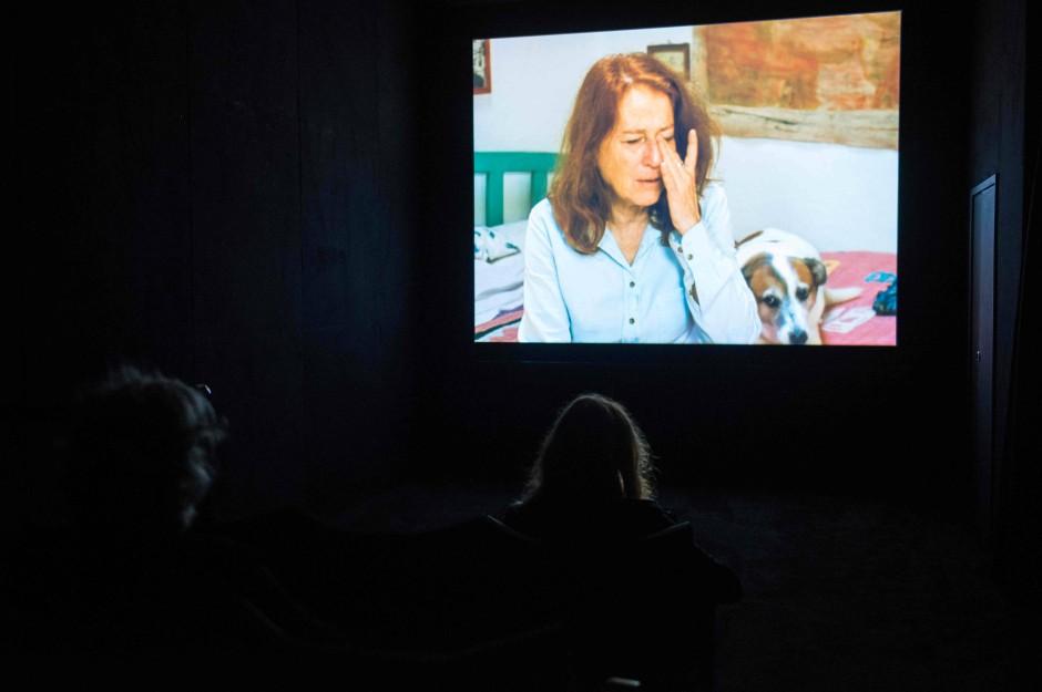 In der Dunkelkammer: Besuchers des Museums in Hull schauen sich das Video von Rosalind Nashashibi an.