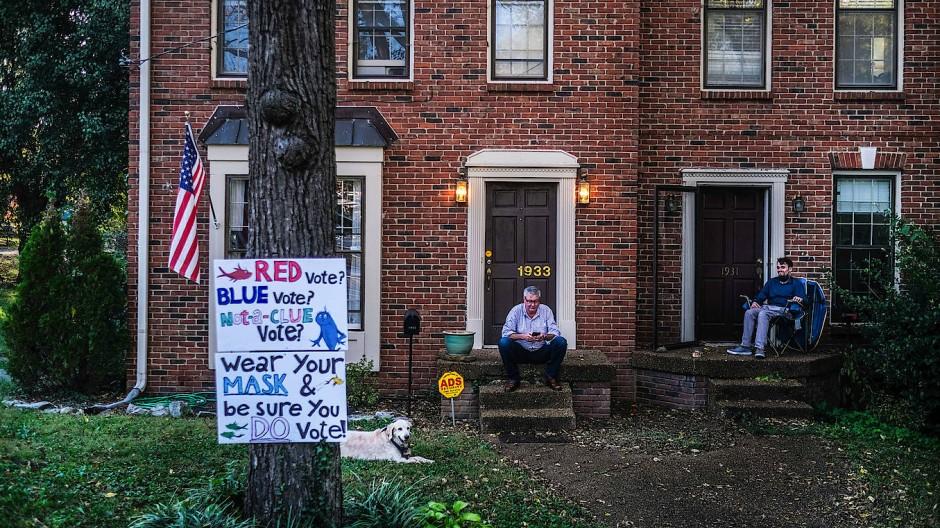 Die Roten oder die Blauen? Die beiden Herren auf dem Anwesen der Belmont University in Nashville scheinen auf jeden Fall eines zu wissen: Jede Stimme zählt!