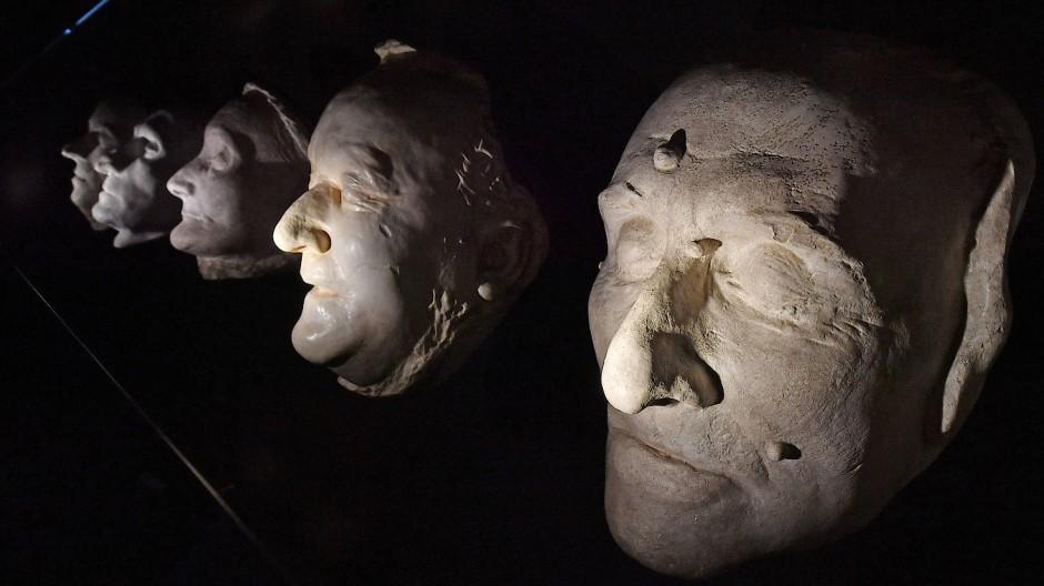 Für die Nachwelt: die Totenmasken von Franz Liszt, Richard Wagner, Rosalie Raabe, Ludwig Devrient und Friedrich Schiller (von rechts nach links) sind Teil der Ausstellung im Schillermuseum.