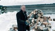 Hackt Holz und bohrt ganz dicke Bretter: Stellan Skarsgård an der frischen Luft.