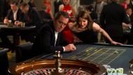 """Sie stattet """"Stan Lee's Lucky Man"""" (James Nesbitt) auf wundersame Weise mit seiner Superkraft aus: Eve (Sienna Guillory)."""