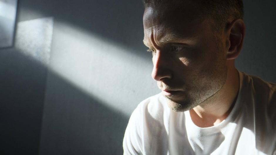 Möchte sein Absturzleben an den Nagel hängen, landet aber im Gefängnis: Louis Bürger (Max Riemelt)