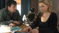 Hart und zart: Im neuen Polizeiruf aus Rostock wird Polizist Kauschau in einer Auseinandersetzung mit Ultras schwer verletzt. Alexander Bukow (Charly Hübner) befragt Kauschaus Ehefrau (Anna könig).