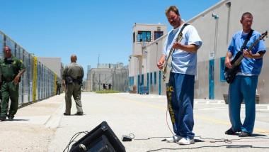 """Früher folterten die Amerikaner unliebsame Diktatoren mit scheußlicher Rockmusik. Heute lassen sich, dank dem Projekt """"Jail Guitar Doors"""", Gefängnisinsassen aufs Leben draußen vorbereiten"""