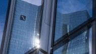 Die Aktien der Deutschen Bank legen am Dienstag zu.