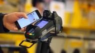 Bezahlgerät an einer Supermarktkasse