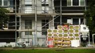 Zeit für eine Sanierung? Bei Eigentümerversammlungen entscheidet die Gemeinschaft der Wohnungseigentümer (WEG) über aktuelle Fragen wie diese.