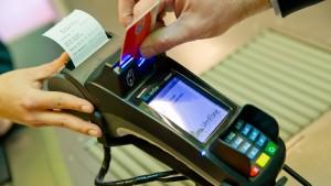 Deutsche zahlten 2018 erstmals mehr mit Karte als mit Bargeld