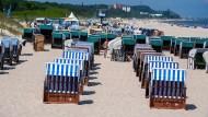 Die Anreise zum Urlaubsort wird teurer. Auch viele Hotels und Restaurants heben die Preise an.