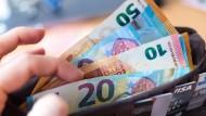 Es geht ums Geld: Die Pensionskasse der Caritas hat Finanzprobleme, Versicherte werden die Folgen zu spüren bekommen.