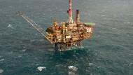 Eine Öl-Plattform in der Nordsee: Die Ölpreise notieren im Vorfeld der Opec-Sitzung wieder leichter.