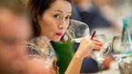 Erst wird geschnuppert, dann wird geboten: Die Weinversteigerung in Trier ist ein Spitzentreffen von Winzern und Anlegern.