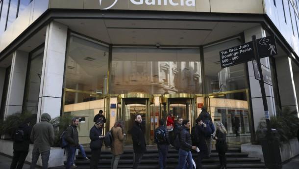 Schlangen vor Banken in Argentinien